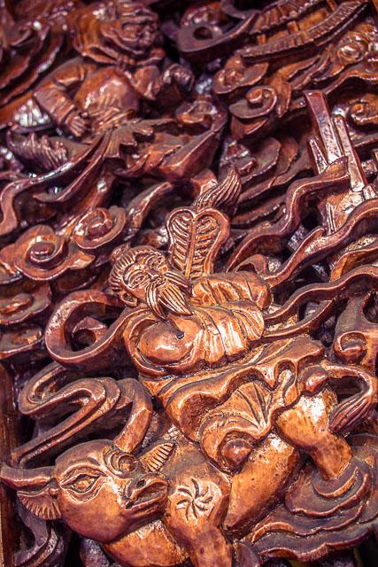 Lavori di intarsio dai maestri del legno di Shaxi