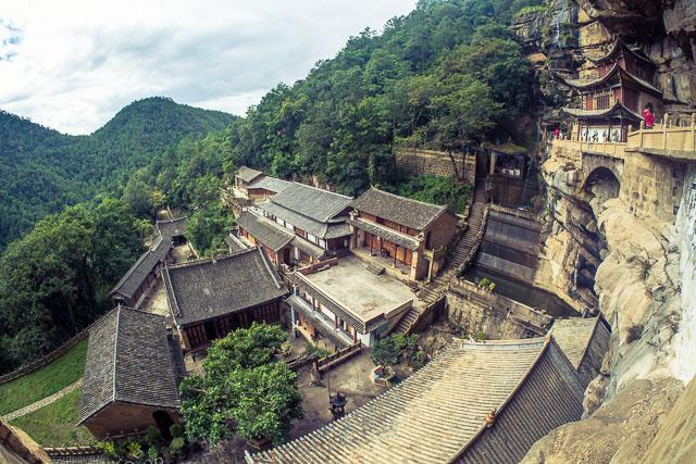 Vista del complesso del tempio dall'alto della roccia