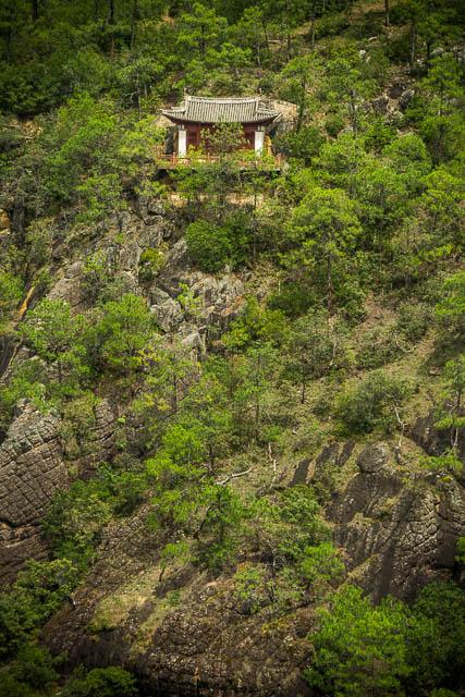 Tra le montagne si scoprono minuscole pagode