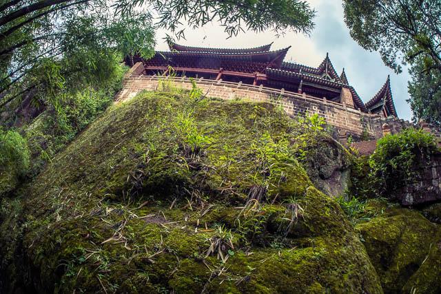 Un altro tempio arroccato tra le pietre e gli strapiombi