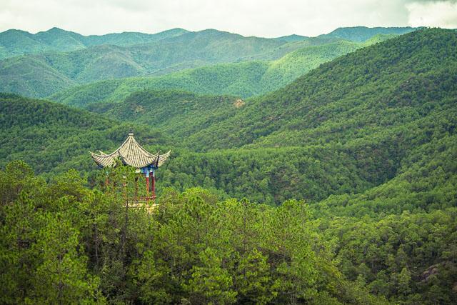 Vista di una lontana pagoda nel mezzo delle montagne
