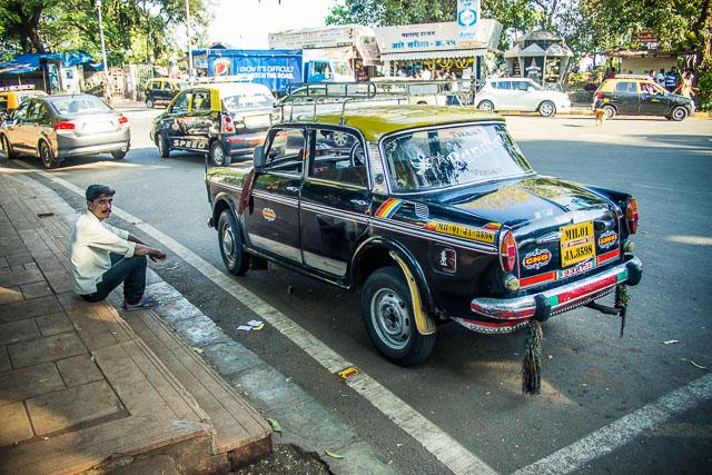 Aspettando il mitico e storico cab di Mumbai
