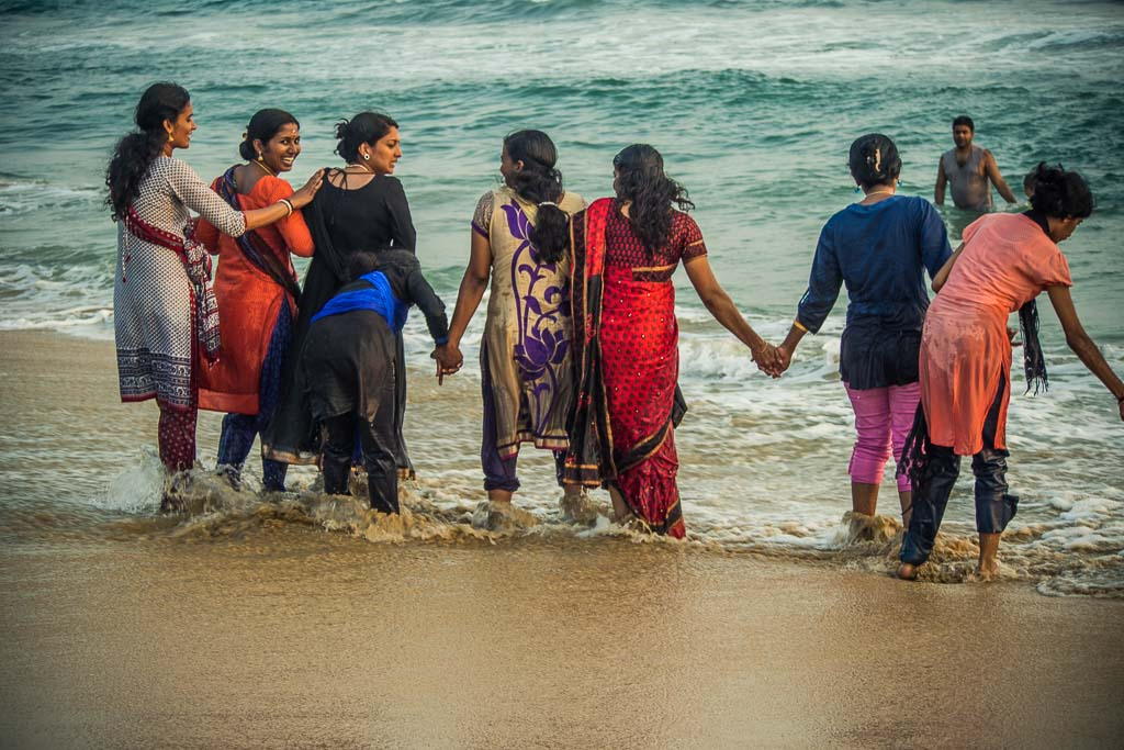 Varkala - Ragazze indiane cha fanno il bagno vestite